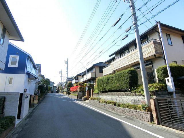 近隣は閑静な住宅街でございます。住環境の整った快適にお過ごし頂ける立地です。