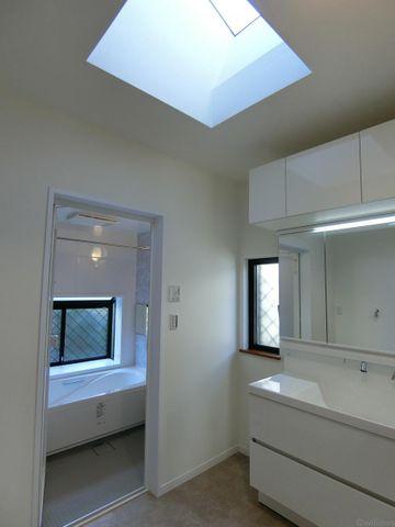 天窓のある洗面所です。太陽の光が差し込みますね。