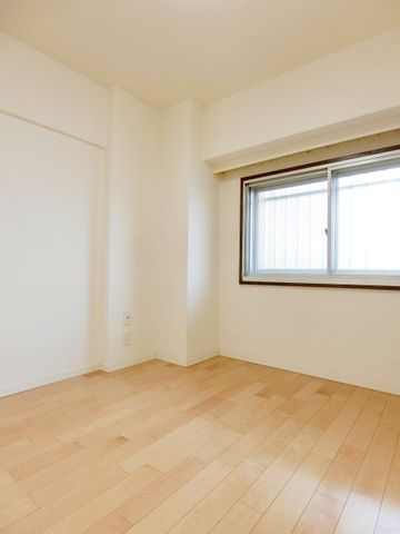 お子様のお部屋、ご両親や友人夫婦が遊びに来た際のお部屋、奥様のたくさんの衣装を並べる衣裳部屋。様々な表情を見せてくれるオールマイティな空間です。もちろん、収納もしっかりと完備されております。