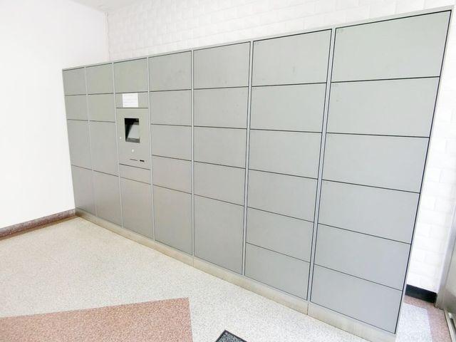 不在に時にも荷物を受け取れる宅配ボックス。数多く用意されておりますので、総戸数の多い本物件でも安心です。