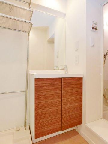 白を基調にまとめたパウダールームはホテルライクな空間に。身だしなみのチェックがしやすい大きな鏡で、お出かけの準備も万端!
