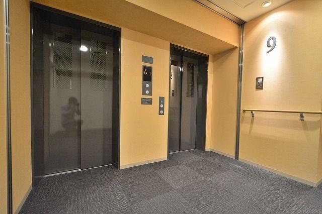 エレベーターは2基あります。大規模レジデンスでもスムーズに乗り降りできます。