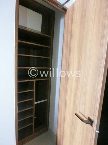 玄関には大きなシューズボックスも完備。散らかりがちな玄関回りも非常にすっきり。