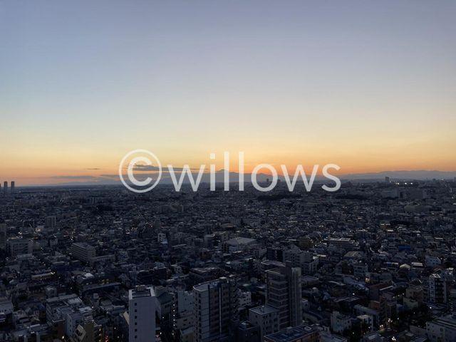 夕方のトワイライトタイムに撮影をした屋上スカイテラスからの眺望。富士山が望める他羽田空港や東京タワー、スカイツリー、夜は東京の夜景を一望できるのはパークシティ武蔵小山ザタワーにお住まいの方の特権です。