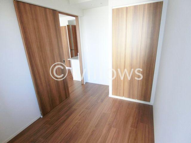 リビング、ベットルーム各室に収納スペース付き、お部屋を広く、すっきりとお使い頂けます。建具とフローリングのカラーを揃えた統一感のある室内がお洒落です。