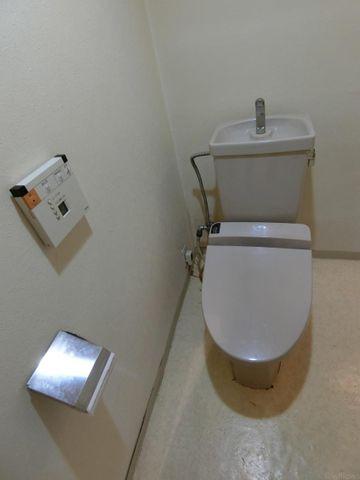 白を基調としたシンプルなトイレになっています。