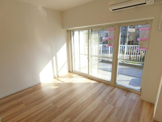 大きな窓がリビングにやさしい光を届けてくれます。