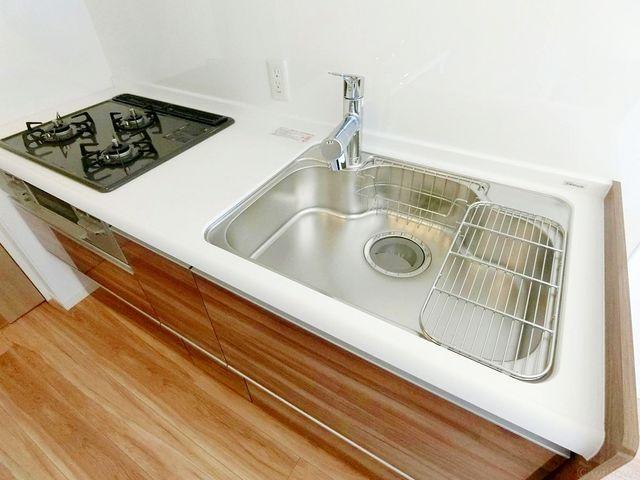 新規交換システムキッチンは木目調を基調としたシンプルモダンなデザイン