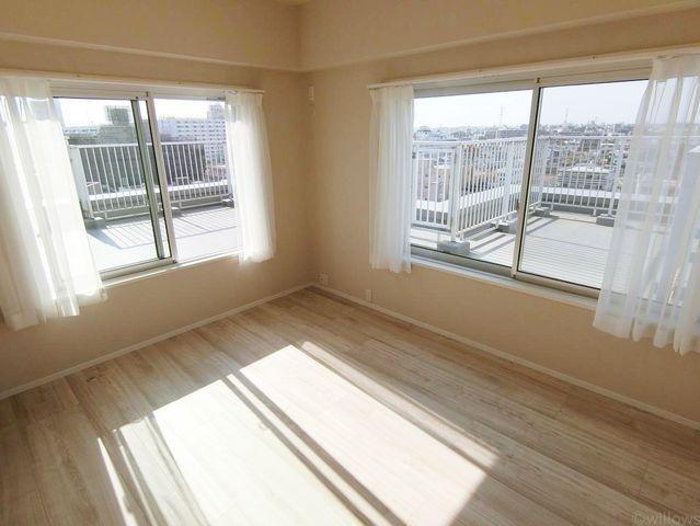 6.5帖の寝室。お部屋はルーフバルコニーに面しています。目線が気になる建物がないので天気のいい日はカーテンを開けっぱなしも出来そうです。