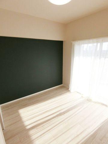 ダークなカラーのアクセントクロスが魅力的な一部屋です。クローゼットも備わっており、使い勝手の良いお部屋です。