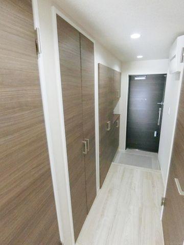 玄関収納が豊富な廊下です。棚の高さを調整できるので様々なものを収納することが出来ます。