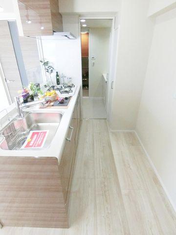 洗面所までウォークスルーで通れるキッチンは家事の動線を楽にしてくれます。通路の幅も広く使い勝手が良さそうですね。