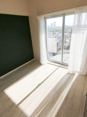 西向きの4.5畳。陽当たりの良さがお部屋に開放感を感じさせてくれます。