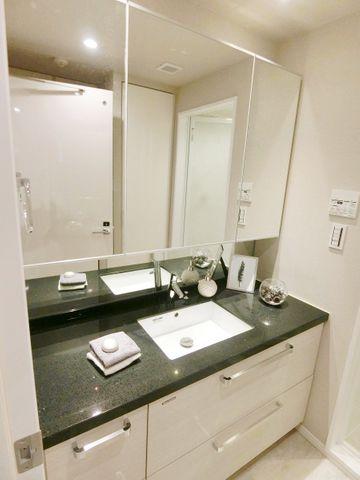 3面鏡が付いて機能的な洗面台でございます。収納もたっぷりございます。