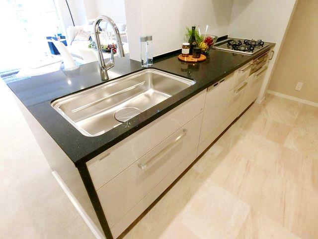 新規交換システムキッチンは黒を基調としたシンプルモダンなデザインでございます。