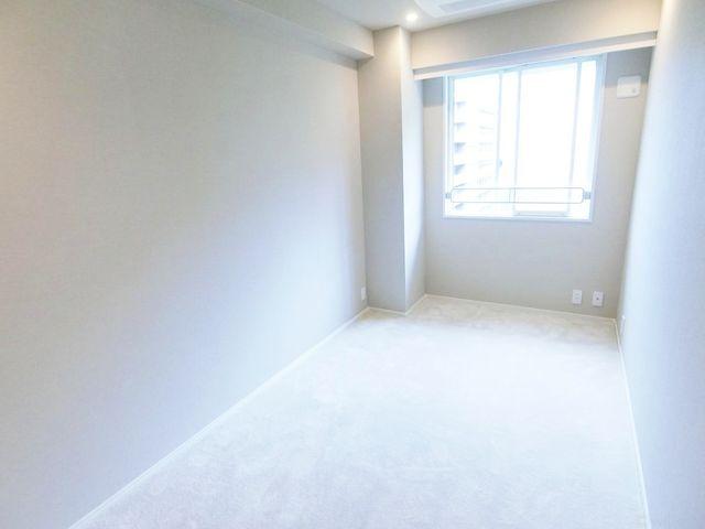 西向きの6.5帖の居室でございます。白を基調としたお洒落な居室ですね。