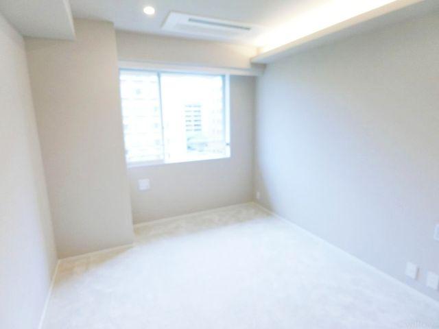 【洋室】西向きの7.5帖の居室でございます。陽当たりの良さがお部屋に開放感を感じさせてくれます。