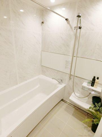 白で統一されたバスルームは清潔感を感じさせてくれます。浴室換気乾燥機付きなので、中に洗濯物も干せます。