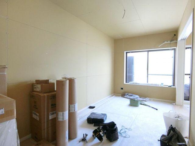 隣の寝室の扉を閉めて、1つの部屋として使うのも良し、開放して広くお使いいただくことも可能です。