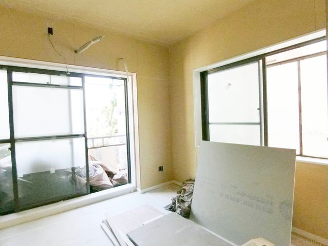 大きなベッドを置いてもゆとりあるお部屋サイズとなっております。ライフスタイルにあわせてフレキシブルにお使い下さい。南西側、窓も大きく設けております。