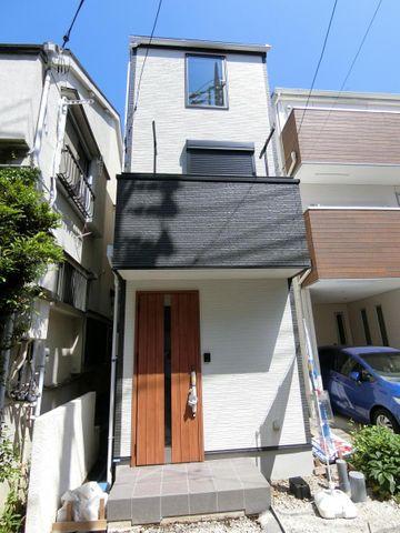 白と黒を基調としたスタイリッシュな外観。ドアの木目が暖かさを感じさせてくれます。外壁はサイディング塗装でお手入れがしやすい仕様。