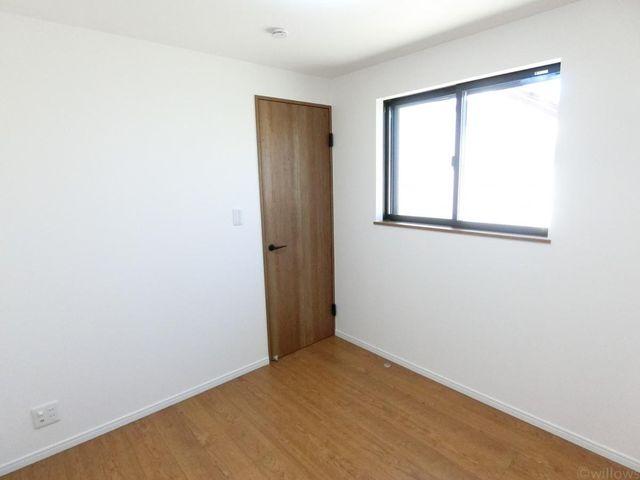 4.2帖の居室です。陽当たりの良さが、お部屋に開放感を感じさせてくれます。