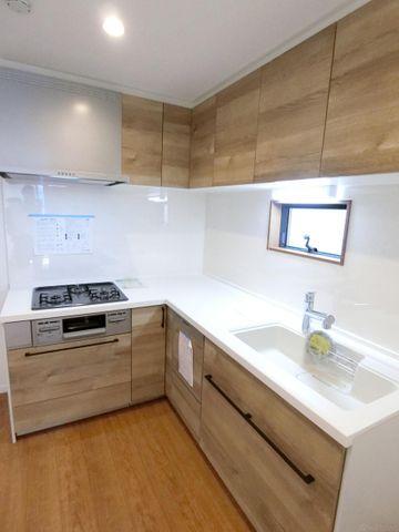 L字型のシステムキッチンは作業スペースが広く取れて人気です。窓もついており、明るく開放感がございます