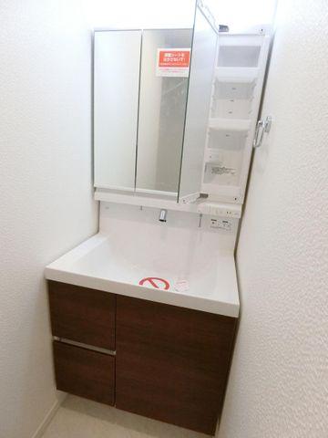 シンプルなデザインの洗面台。3面鏡も付いて機能的な洗面台です。