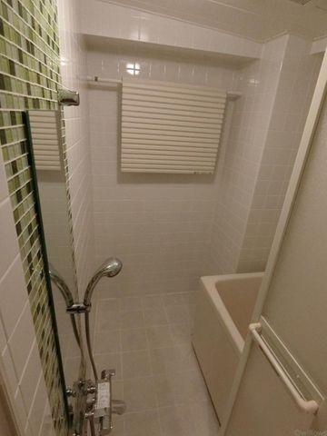 緑のアクセントタイルがキレイなバスルームです。