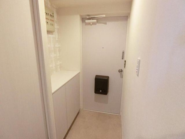 白で統一された清潔感のある玄関は明るい印象があります。シューズボックスの上は鍵やお花を置けそうですね