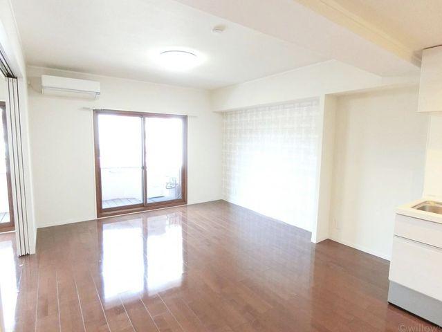 壁のアクセントクロスがお洒落ですね。木と白の調和がとれたお部屋です。リビングはエアコンがついています