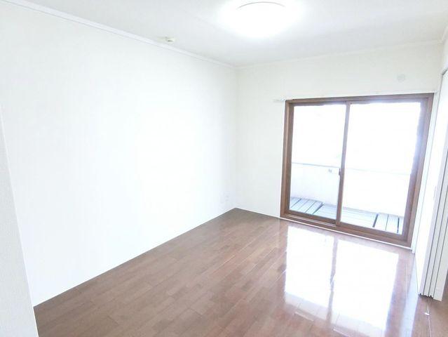 5.7帖の洋室です。陽当たりが良いので図面で見るより開放感があって広く感じられるかと思います