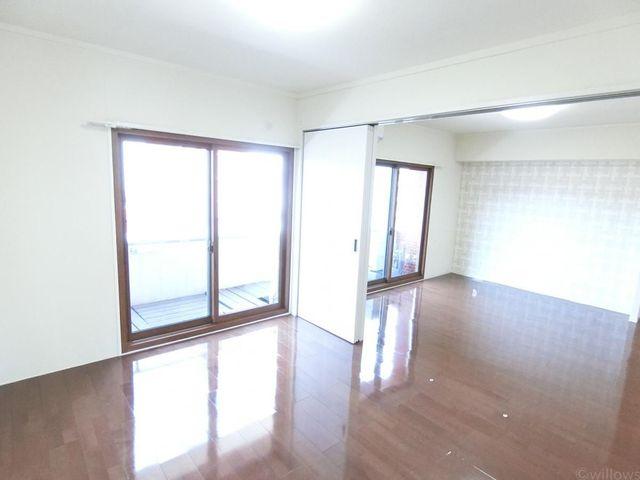 LDKと繋げてお部屋を広くお使い頂くことも可能です。大きな窓からしっかり陽が入ります。