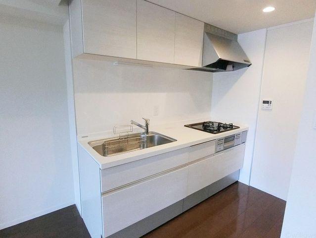 3口コンロ、広いシンクと使いやすいシステムキッチンです。収納スペースもたっぷり