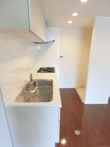 洗濯機が後ろにあり、料理・洗濯を同時進行出来て便利です。家事がはかどりそうです。