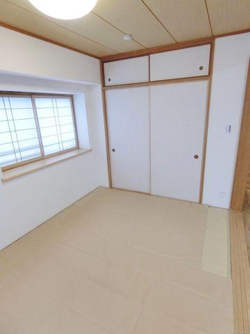 南側・西側に採光面のある明るい和室です。