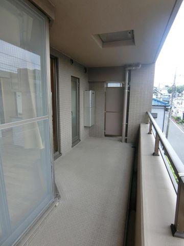 約14.38平米のワイドに広がるバルコニー。椅子やテーブルを置いたり、ウッドデッキを敷いたり、持ち家ならではの自由な空間を造ることができます。