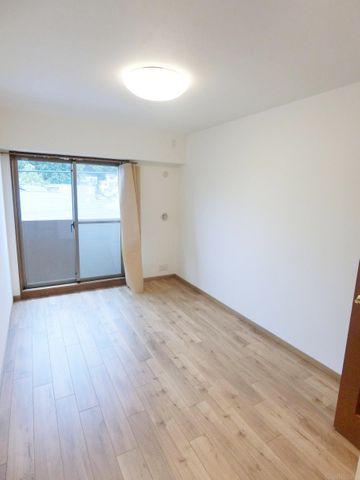 5.4畳洋室。形が良く、家具配置が楽しみですね。大きな収納もございますので、お荷物もすっきりです。