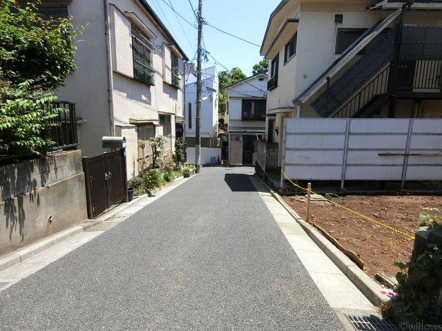 周辺は大変閑静な住宅街です。本物件はセットバック済で、前面道路幅員は4m。お車も十分通れる広さです。