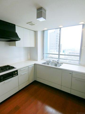 キッチンが別部屋にございます。キッチンにも大きな窓があります。