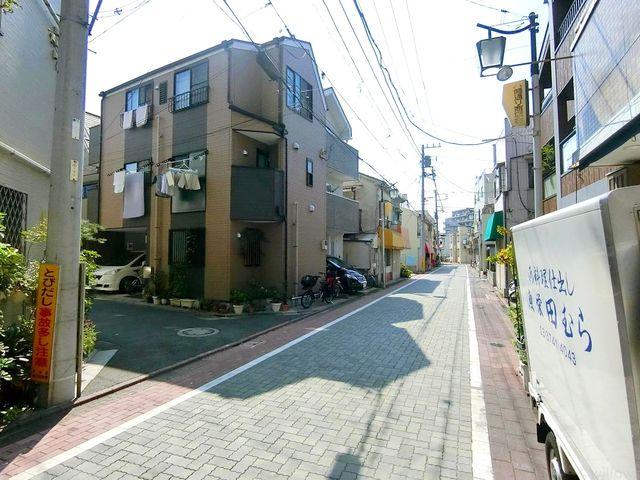 前面通りは少なく閑静な印象です。安心して通行いただけます。
