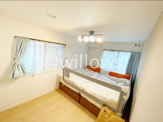キングサイズのベッドも設置可能、昼夜問わずリラックスできるマスターベッドルーム。収納も多数完備で、無駄のない設計に。窓も大きく設けているので、爽やかな風の通り道になっています。