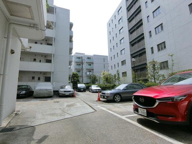 断然便利な敷地内駐車場。お問い合わせ時にお車の車種をご教示下さい。空き状況をすぐにお調べします。