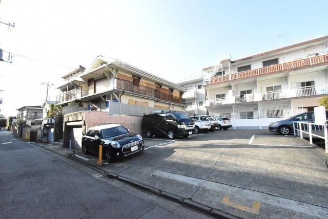 東側隣地は駐車場のため陽当たりをしっかり確保することができ、開放感もございます。