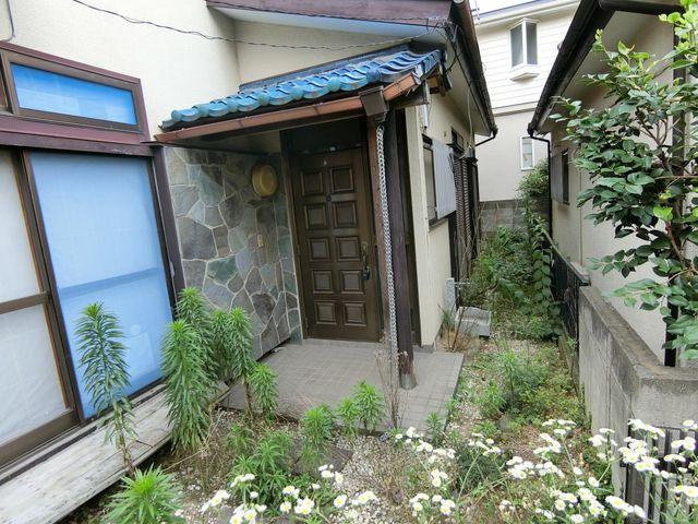 古屋がございます。敷延部分は駐輪場やちょっとした家庭菜園にも。可能性を感じる現場ですね。