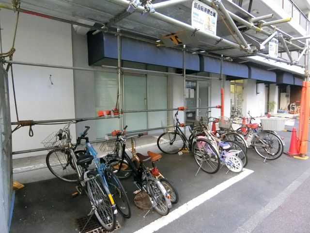 自転車は必需品という方も多くいらっしゃいます。見るとお子様を乗せる自転車も多く、このマンションコミュニティの雰囲気を教えてくれます。年額500円、空き状況もすぐにお調べします。