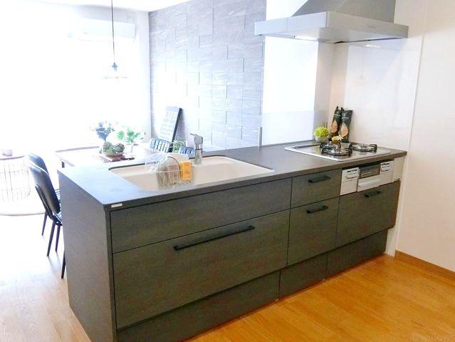キッチンは人気のリクシル社製を採用。近年最も支持されているのは、リビングが見渡せるオープン型の対面式キッチンです。料理中でもお子様の様子がいつでも確認できるので、楽々&安心です。