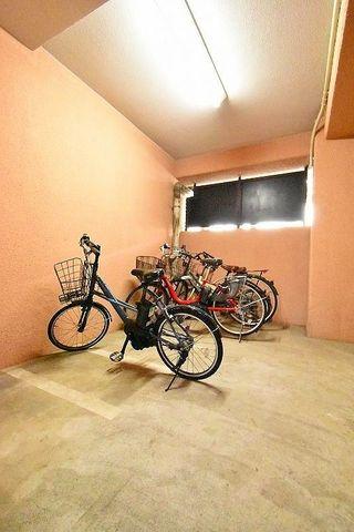 雨天でも安心の屋根付き駐輪スペース。空き状況をすぐにお調べいたします。