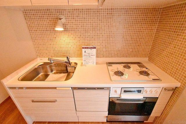 お洒落な内装に似合う、シンプルでスタイリッシュなキッチン。デザインと機能性のバランスが大事なポイントです。
