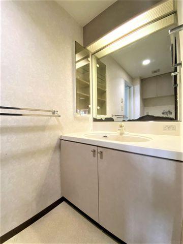 清潔感を感じさせてくれる洗面台。大きな鏡も付いており使いやすい洗面台です。